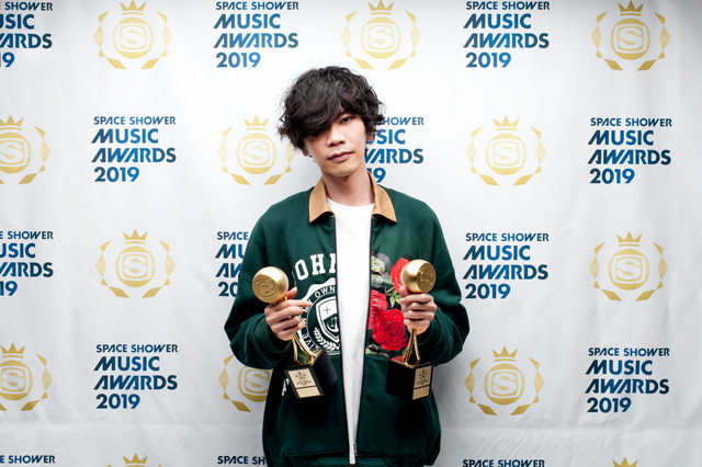 BEST MALE ARTISTとSONG OF THE YEARを受賞した米津玄師。